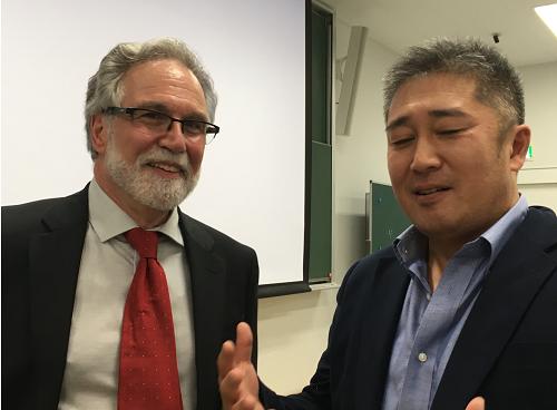 セメンザ氏と語り合う谷本講師(2019年9月、関西医科大学)