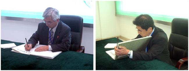 吉村幸則副研究科長(左)と西村敏英教授(右)