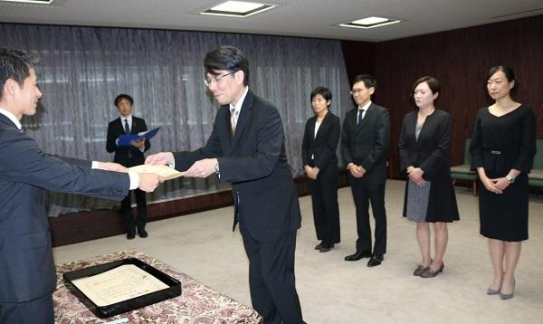 湯﨑知事から感謝状を受け取る望月医師