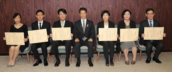 左から佐々木看護師、大澤看護師、望月医師、湯﨑知事、浅野看護師、山本看護師、中国労災病院の中川五男副院長