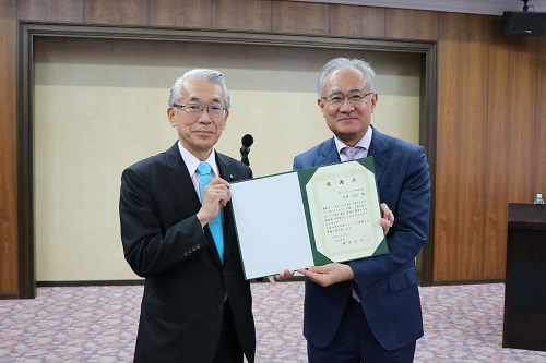 A letter of appreciation and a gift presented to Ambassador Ishii