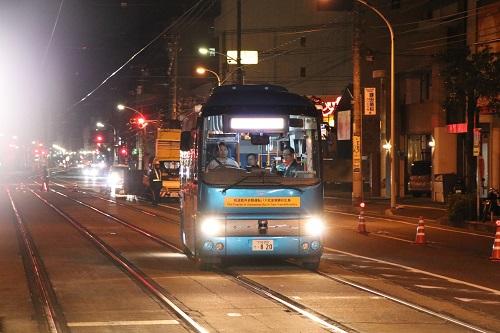電車の軌道敷内に進入する自動運転バス