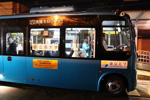 舟入川口町電停前を走行する自動運転バス