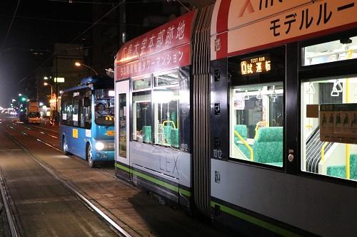 電車の前で停車する自動運転バス