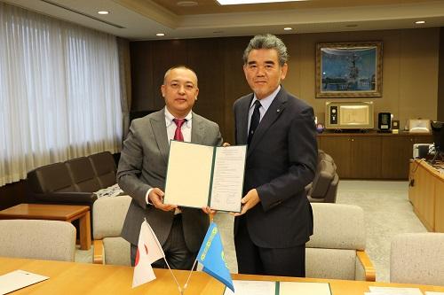 Rector Zhunussov and President Ochi renewing the inter-university exchange agreement