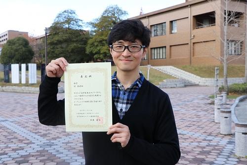 「留学生論文コンクール2019」で銀賞を受賞したニイ・ラクヒさん