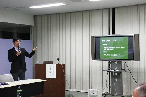 講演する岡村教授