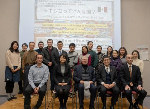 Foto Grupal de oradores y algunos participantes