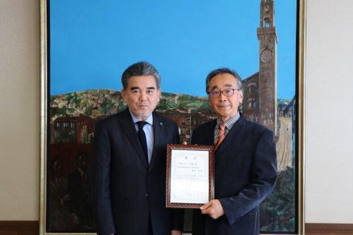 広島大学オリジナル日本酒「広大」のラベルデザイン最優秀賞表彰式を行いました