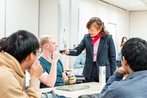 発表に関する質問に答えるHUSAプログラム留学生