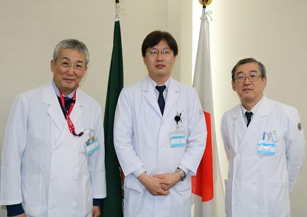 左から木内病院長、小林助教、伊藤診療科長