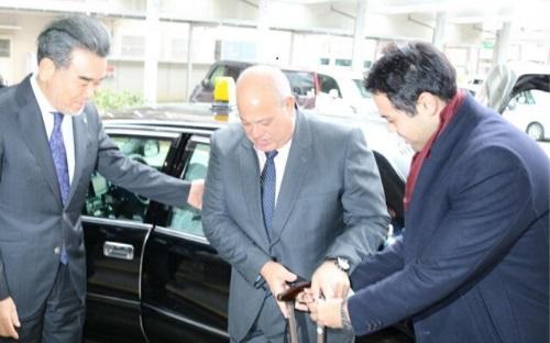 越智学長(左)の出迎えを受けるラシュワンさん(中央)