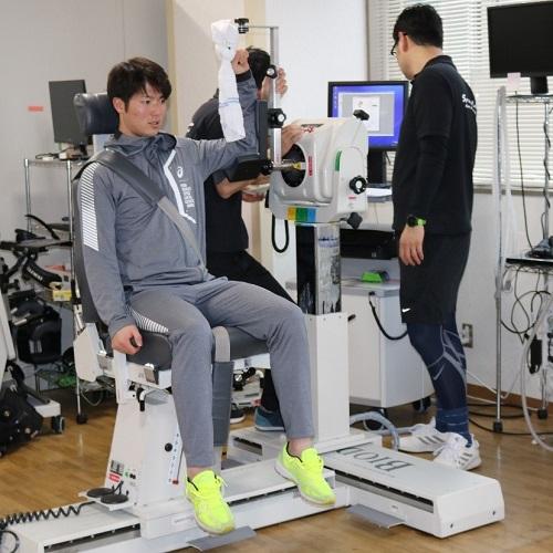 肩の筋肉量を測定する森下投手