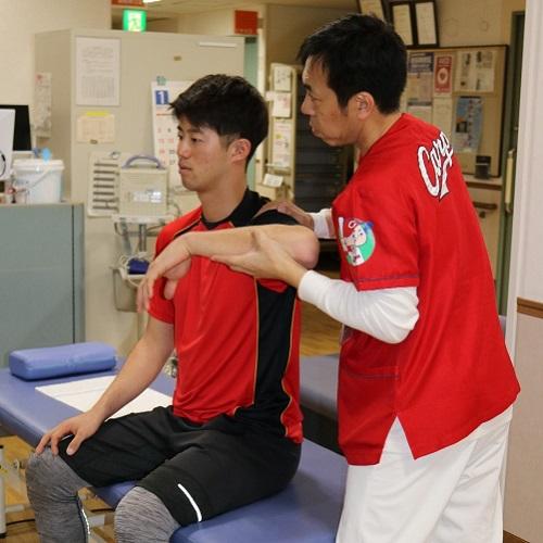 横矢助教(右)からメディカルチェックを受ける宇草選手