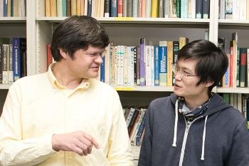 学生と話すホフマン准教授