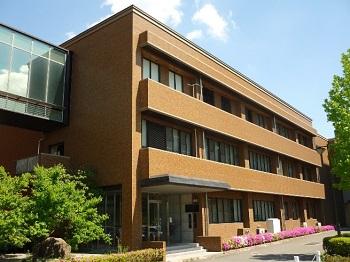 自然科学研究支援開発センター 機器分析棟の外観