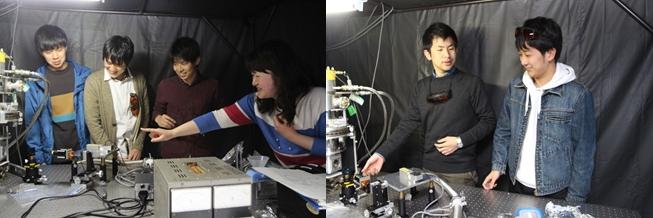 光学実験室で半導体からの発光を測定しながら学生とディスカッションする富永助教