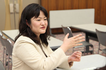 Assistant Professor Tominaga talking about what she has found particularly good about Hiroshima University