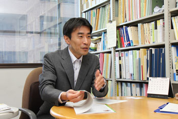 Professor Onimaru talking about what he has found particularly good about Hiroshima University