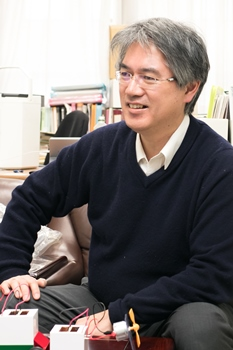 Professor Kimura talking about the field of condensed matter physics at Hiroshima University