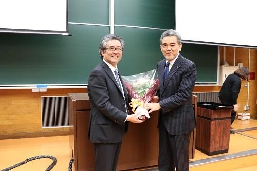 学長から感謝状、記念品および花束を贈呈しました