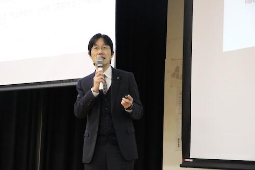 感染予防対策について説明する日山准教授