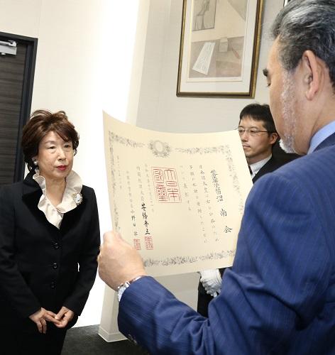 越智学長から沼南会の檜谷理事長に紺綬褒章が伝達されました