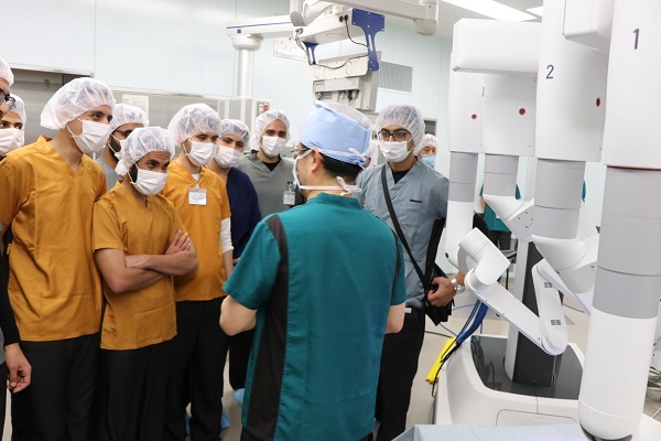 طلاب كلية الطب وهم يتلقون الشرح من الأستاذ المساعد تيجيما فى غرفة العمليات