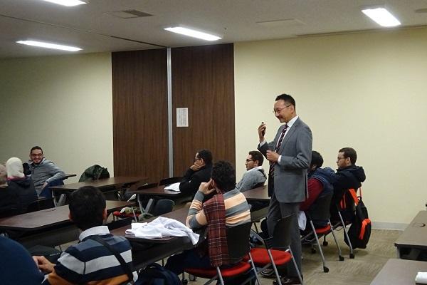 البروفيسور أوجى يسأل الطلاب
