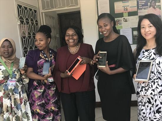 タンザニアの助産師たちとのアプリ開発・実装研究の様子