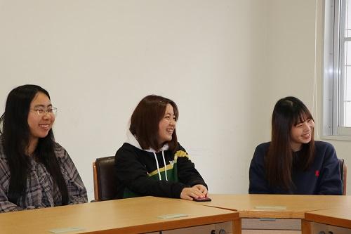レモングッズ担当の坂田さん(左)、広報担当の才上さん(中央)、レモングッズ担当の川上さん(右)