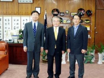学長室にて(左から上教授、Ko Choong-Suk学長、Choi Kwan-Sik教授)