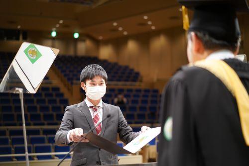 学位記を受け取る修了生代表