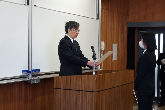 社会経済システム専攻修士代表への学位記授与