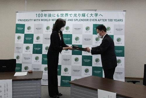 田中理事回赠给村田社长感谢状