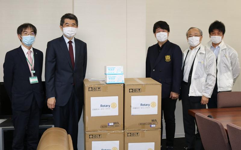岡田教授(左から2人目)とマスクを寄贈した広島北ロータリークラブのメンバー(右側の3人)