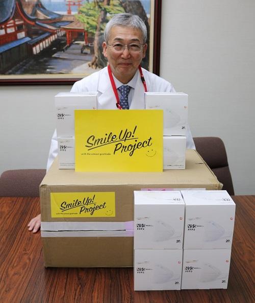 ジャニーズ事務所から届いたN95マスクを前に感謝する木内病院長