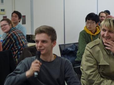 発表について質問する留学生