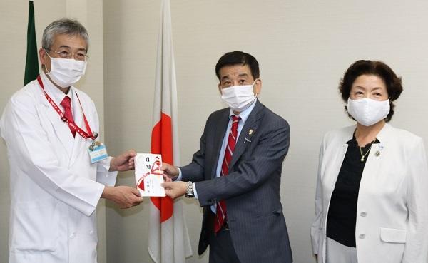 木内病院長(左)に目録を手渡す高橋ガバナー(中)と片山コーディネーター