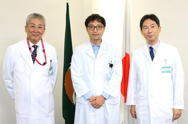 左から木内病院長、児玉医師、米田診療科長