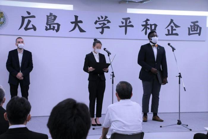宣言を読み上げる神田実鈴さん(中央)とアルビン・コイコイ・ジュニアさん(右)