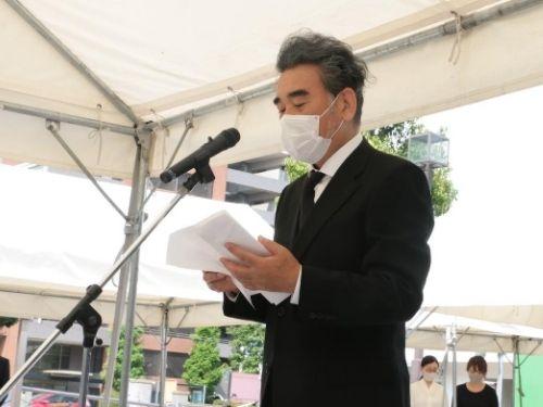 原爆死没者2,022柱の御霊に対して、追悼の辞を述べる越智学長