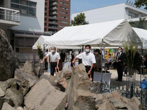 Los familiares de las víctimas y otros participantes dedicando flores y agua