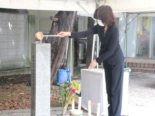 Dedicando flores y agua al Monumento de los restos de las víctimas de la bomba atómica