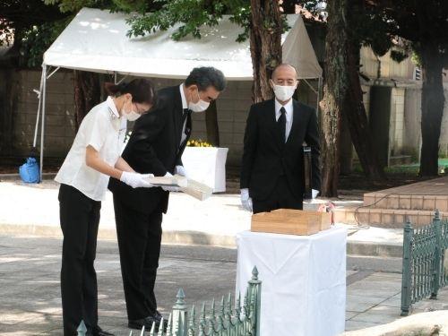الرئيس أوتشى وممثل العائلة النبيلة وهم يقدمون القربان بأسماء ضحايا القنبلة الذرية