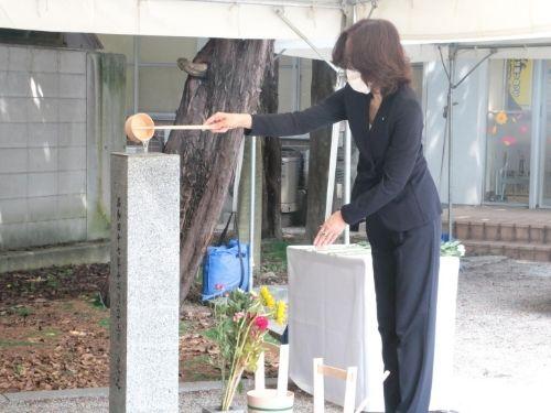 التبرع بالزهور والمياه لمقابر ضحايا القنبلة الذرية