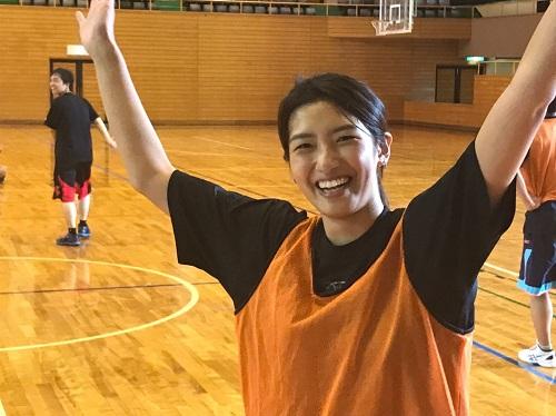 参加篮球社团的金子同学