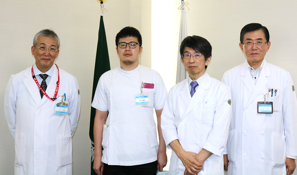 左から木内病院長、下原医師、茶山診療科長、田中診療科長