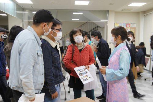 文学学院和研究生院的留学生们在亲切交谈 (世界茶话会)
