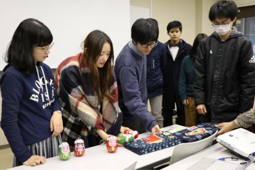 学生们决定使用三原达摩做茶叶罐